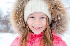 Портрет маленькой прелестной девушки в зимнем дне снега солнечном стоковое изображение rf