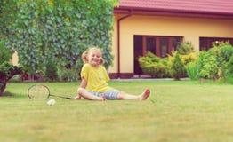 Портрет маленькой счастливой девушки играя босоногий бадминтон на Гаре Стоковые Фотографии RF