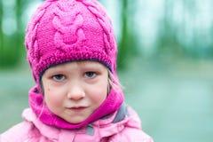 Портрет маленькой унылой девушки внешней Стоковая Фотография RF