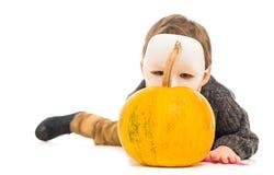 Портрет мальчика в маске за тыквой Стоковое Фото