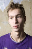 портрет мальчика задумчивый предназначенный для подростков стоковая фотография