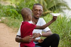 Портрет мальчика и его отца стоковая фотография rf
