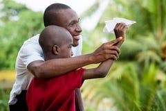Портрет мальчика и его отца стоковое изображение rf