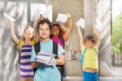 Портрет мальчика и его подруги по школе дальше подпирают Стоковое Фото