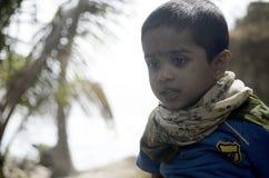 Портрет мальчика на парке кокоса на пляже стоковое изображение