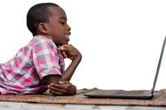 Портрет мальчика с ноутбуком стоковое изображение rf