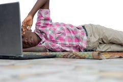Портрет мальчика с ноутбуком стоковое изображение