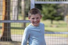 Портрет мальчика litte белокурого на спортивной площадке стоковые фото