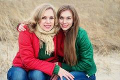 Портрет мамы с ее дочерью в природе Стоковые Изображения RF