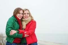 Портрет мамы с ее дочерью в природе Стоковые Фото