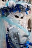 Портрет маски в оглушать костюме сини и белизны, шляпе и маске на дожах дворце, Венеции, во время масленицы Стоковое Изображение RF