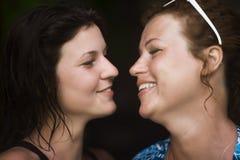 Портрет матери и дочери смотря один другого стоковая фотография rf