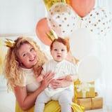 Портрет матери и милого маленького ребёнка на его 1-ой вечеринке по случаю дня рождения Стоковое Изображение