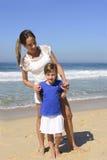 Портрет матери и дочери на пляже стоковое фото rf