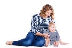 Портрет матери и ребенка на белизне Стоковые Фото