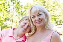 Портрет матери и сына в пинке Стоковое Изображение