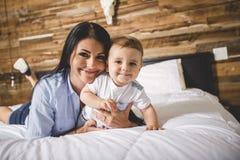 Портрет матери с ее 9 месяцами старого младенца стоковое фото rf