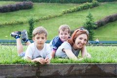 Портрет матери с 2 детьми Стоковое Изображение RF