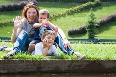 Портрет матери с 2 детьми Стоковые Изображения