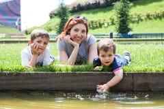 Портрет матери с 2 детьми Стоковая Фотография