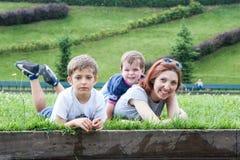 Портрет матери с 2 детьми Стоковая Фотография RF