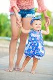 портрет мати дочи счастливый Праздник семьи морем выучьте погулять Стоковое Фото