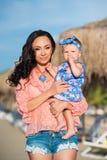 портрет мати дочи счастливый Праздник семьи морем Стоковое Изображение