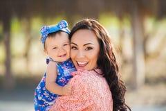 портрет мати дочи счастливый Праздник семьи морем Стоковая Фотография