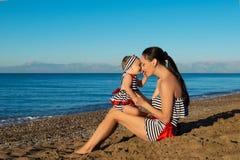 портрет мати дочи счастливый Праздник семьи морем Стоковое фото RF