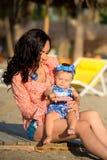 портрет мати дочи счастливый Праздник семьи морем стоковая фотография rf