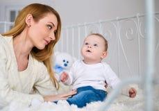 портрет мати младенца счастливый Стоковые Изображения