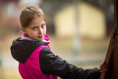Портрет маленьких девочек outdoors Природа стоковое изображение rf