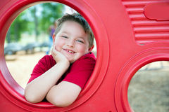 Портрет маленького ребенка на спортивной площадке стоковое фото rf