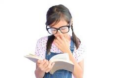 Портрет маленькой азиатской девушки читая книгу на белизне Стоковое Изображение RF