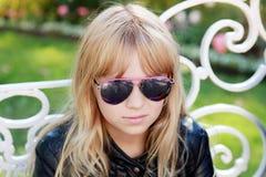Портрет маленькой белокурой девушки в черных солнечных очках Стоковое Изображение RF