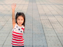 Портрет маленькой девочки Азии веселя с поднятой рукой стоковая фотография rf