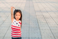 Портрет маленькой девочки Азии веселя с поднятой рукой стоковые фотографии rf