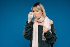 Портрет маленькой девочки быть больной над голубой предпосылкой Стоковая Фотография RF