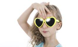 Портрет маленькой девочки в желтых солнечных очках Стоковые Изображения