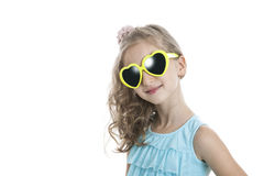 Портрет маленькой девочки в желтых солнечных очках Стоковая Фотография