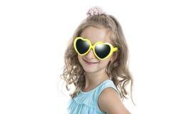 Портрет маленькой девочки в желтых солнечных очках Стоковые Фотографии RF