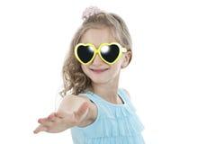 Портрет маленькой девочки в желтых солнечных очках Стоковое фото RF