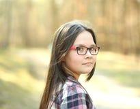 Портрет маленькой девочки в парке стоковые изображения rf