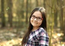 Портрет маленькой девочки в парке стоковое изображение rf