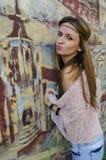 Портрет маленькой девочки готовя стену с покрашенным графитом Стоковая Фотография