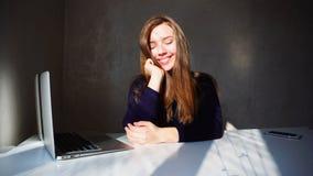 Портрет маленькой девочки димплов с компьтер-книжкой, красивым sitt женщины Стоковые Фотографии RF