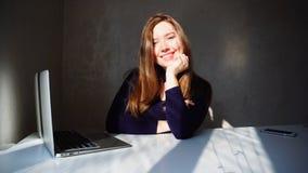 Портрет маленькой девочки димплов с компьтер-книжкой, красивым sitt женщины Стоковое Фото