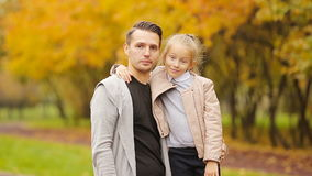 Портрет маленькой девочки и счастливый отец наслаждаются днем падения в парке осени outdoors Семейный отдых осени сток-видео