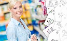 Портрет маленькой девочки на магазине на продаже стоковое изображение rf