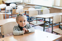 Портрет маленькой девочки на столе Стоковая Фотография RF